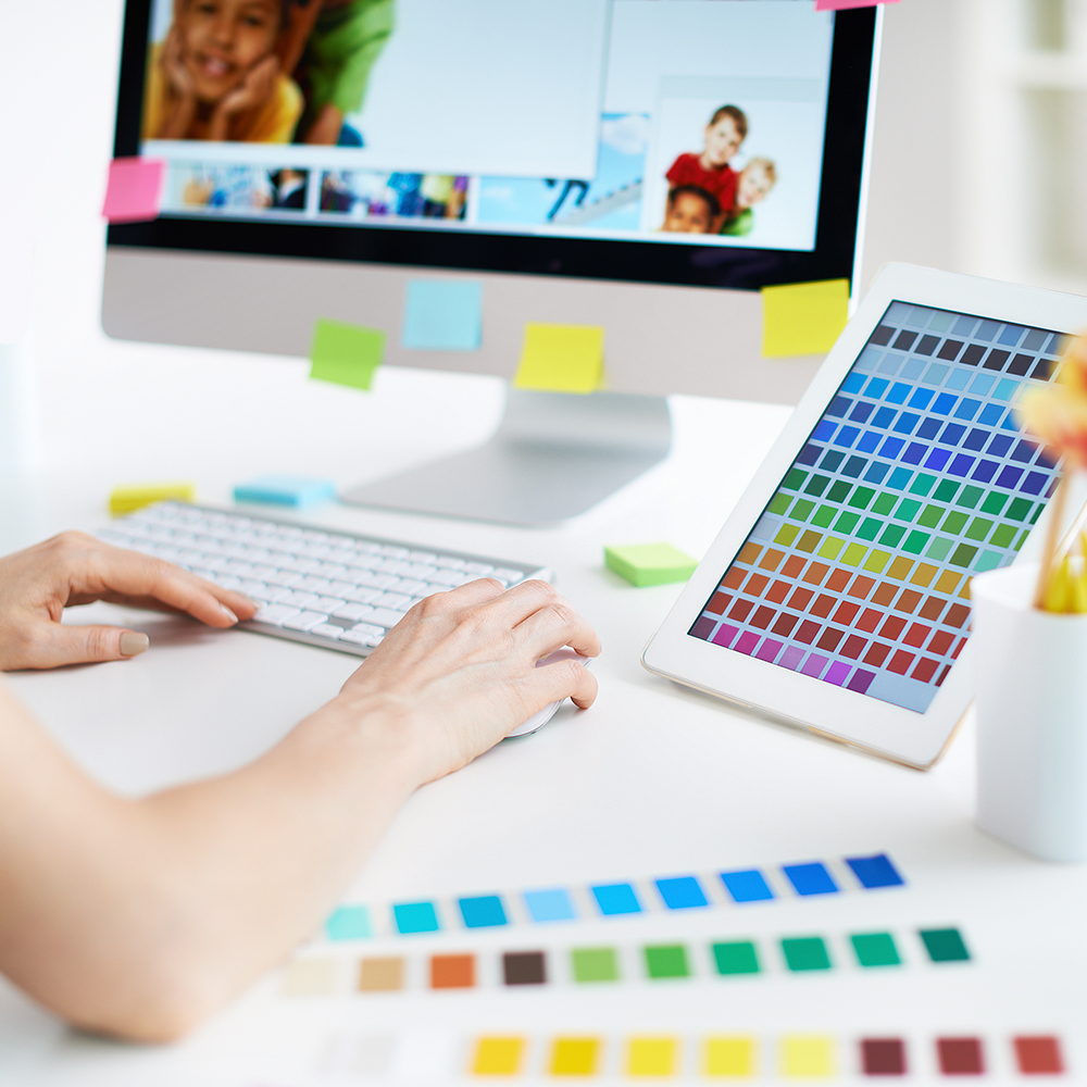 Closeup einr Grafikerin am Arbeitsplatz